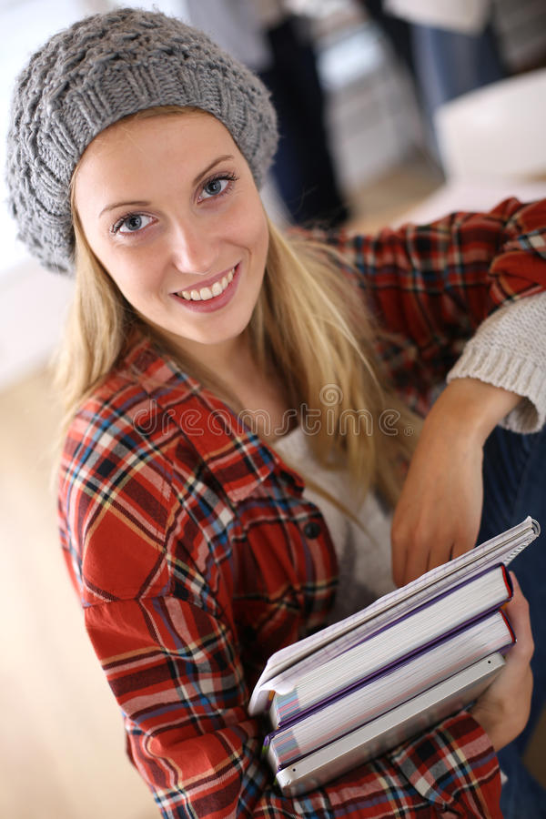 Stående av den moderiktiga studentflickan med böcker royaltyfria bilder