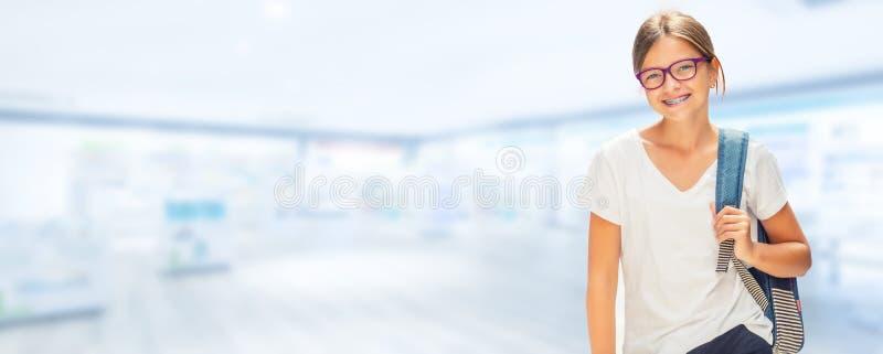 Stående av den moderna lyckliga tonåriga skolaflickan med påsebackpackandnolla royaltyfri bild