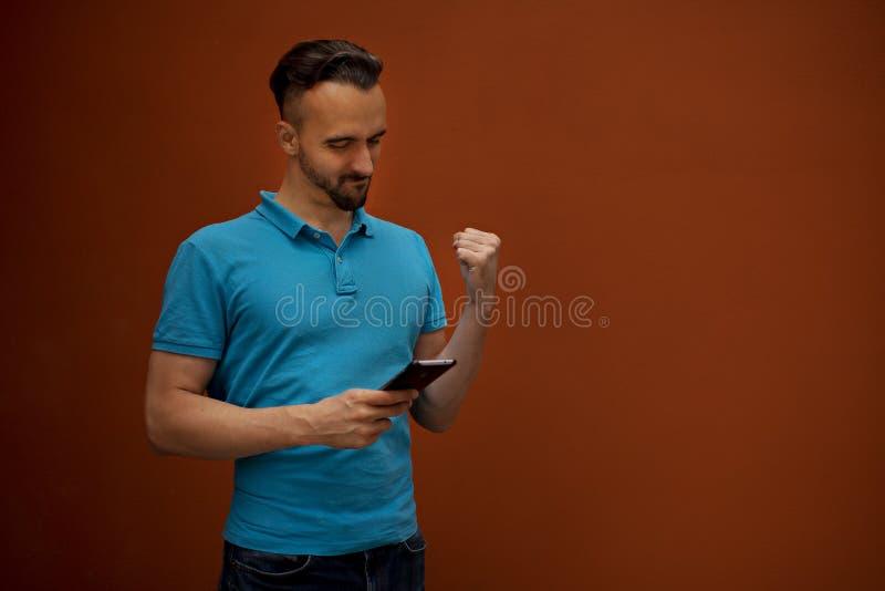 Stående av den moderna unga mannen med mobiltelefonen royaltyfri fotografi