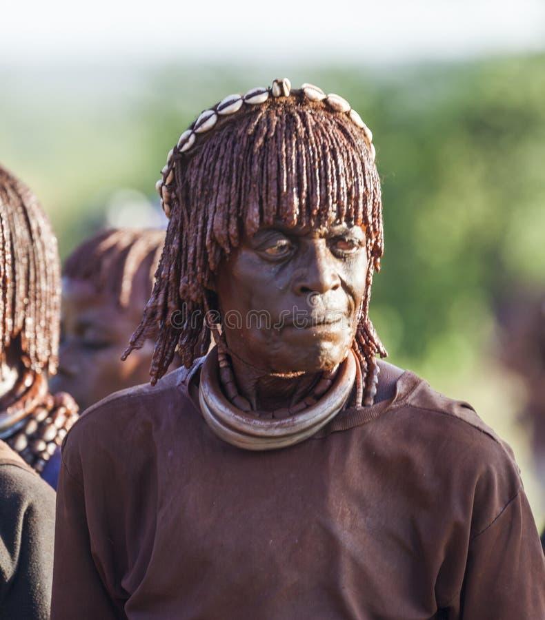 Stående av den mogna Hamar kvinnan på tjurbanhoppningceremoni Turmi Omo dal, Etiopien royaltyfria bilder