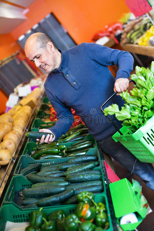 Stående av den mogna mannen som inhandlar säsongsbetonade veggies i lantgårdmat fotografering för bildbyråer