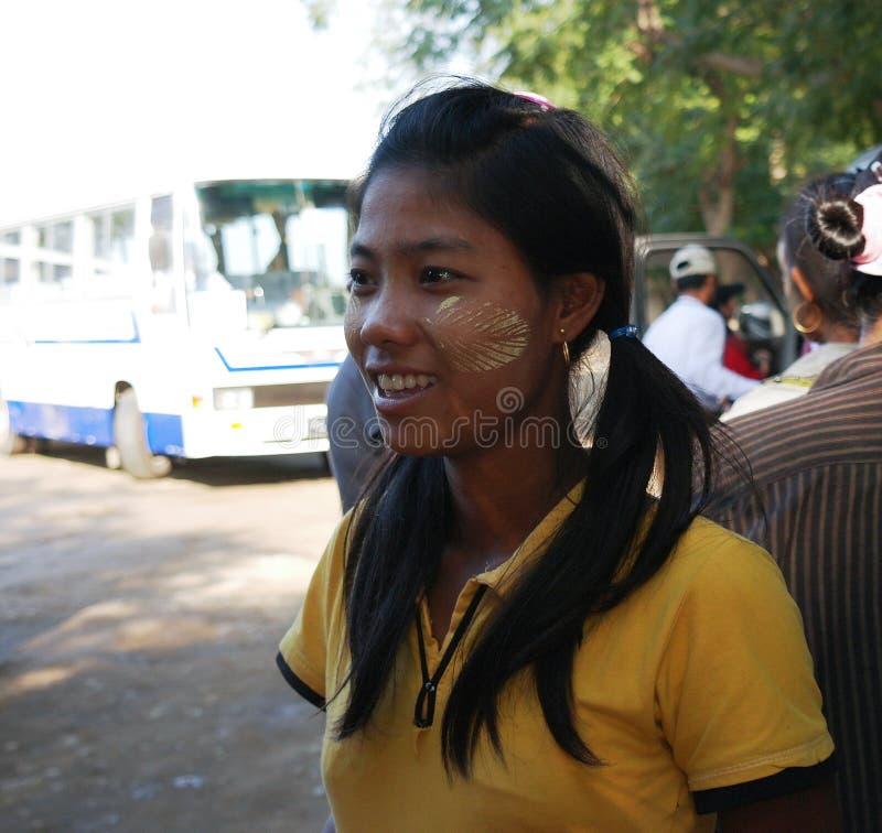 Stående av den Myanmar kvinnan i Mandalay, Myanmar royaltyfria bilder