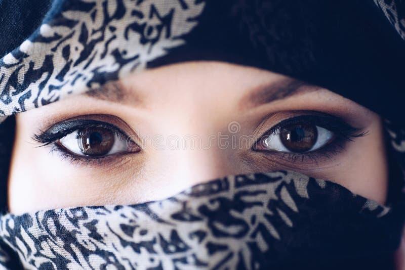 Stående av den mystiska arabiska mitt - östlig kvinna arkivbilder