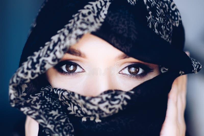 Stående av den mystiska arabiska mitt - östlig kvinna arkivfoton