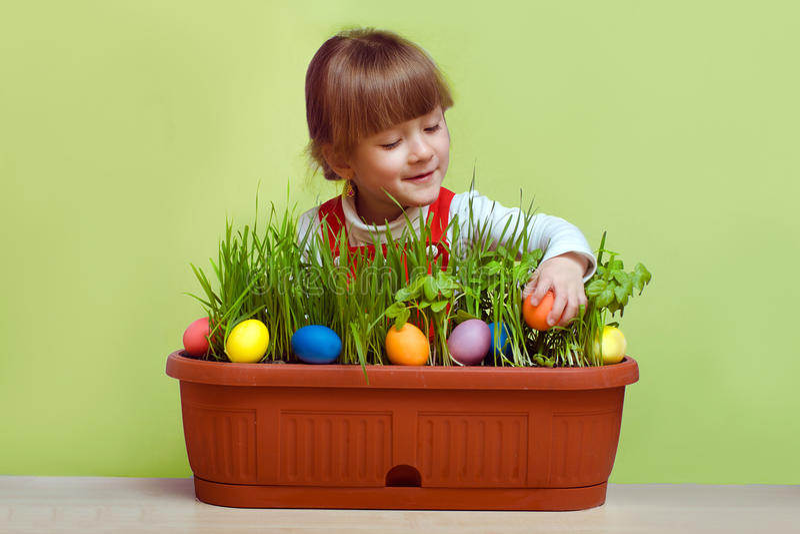 Nätt liten flicka som söker efter påskägg fotografering för bildbyråer