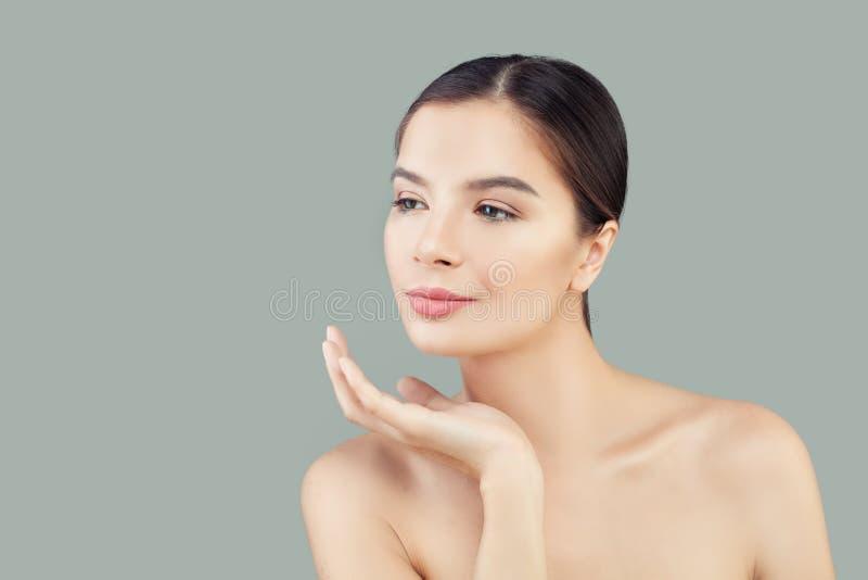 Stående av den nätta brunnsortmodellen för ung kvinna med sund klar hud arkivfoton