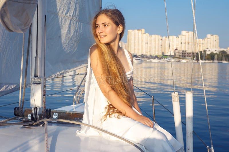 Stående av den nätta flickan för lycklig toothy smiley med den vita klänningen och fotografering för bildbyråer