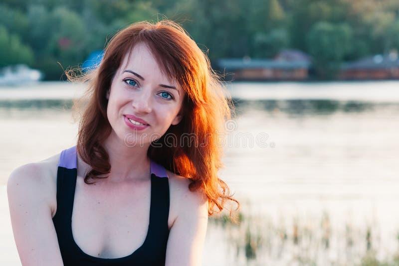 Stående av den nätta flickan som ler riktigt, på sommarnaturbackgrou royaltyfri bild