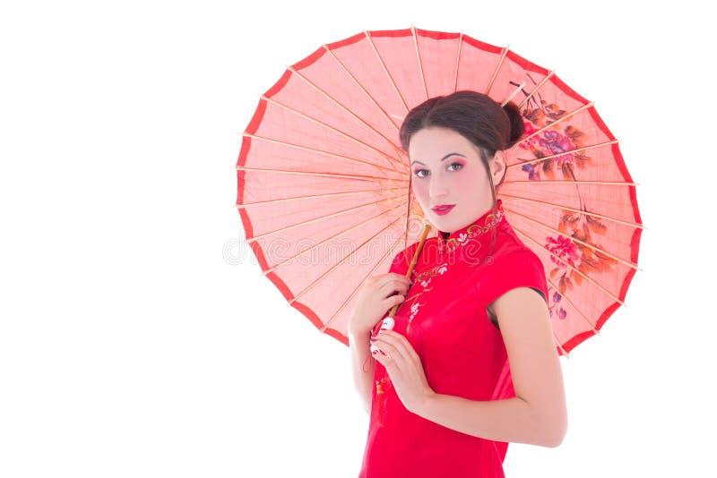 Stående av den nätta kvinnan i röd japansk klänning med paraplyiso arkivfoton