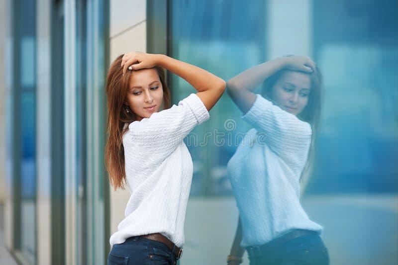 Stående av den nätta unga affärskvinnan nära byggnad fotografering för bildbyråer