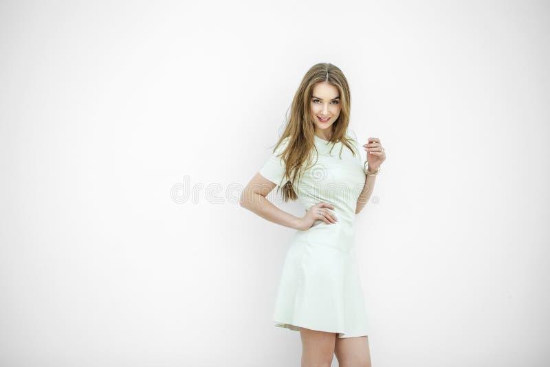 Stående av den nätta unga blonda kvinnan royaltyfria foton