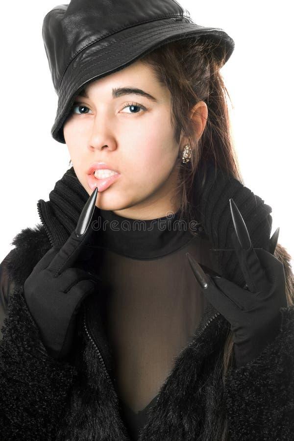 Stående av den nätta unga brunetten i handskar med jordluckrare royaltyfri foto