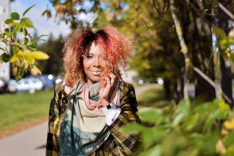 Stående av den nätta unga flickan med rött hår arkivbilder