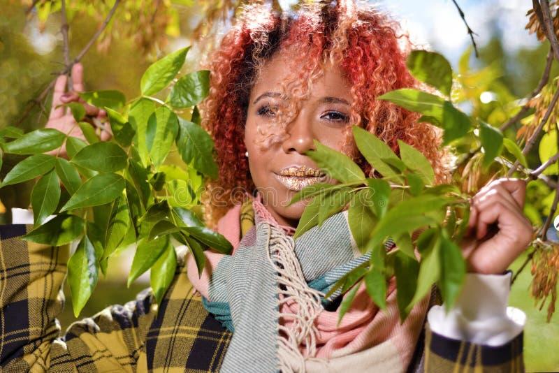 Stående av den nätta unga flickan med rött hår royaltyfria foton