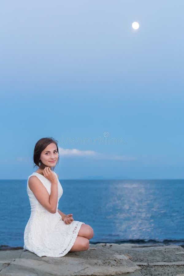 Stående av den nätta unga flickan på stranden royaltyfria bilder