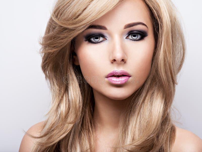 Stående av den nätta unga kvinnan med ljus makeup Härlig br arkivfoton