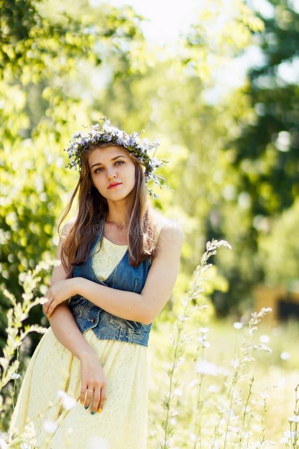 Stående av den nätta unga kvinnan på naturen, sommarskog royaltyfri foto