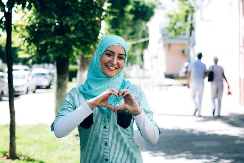 Stående av den nätta unga muslim kvinnan på en gata royaltyfri fotografi