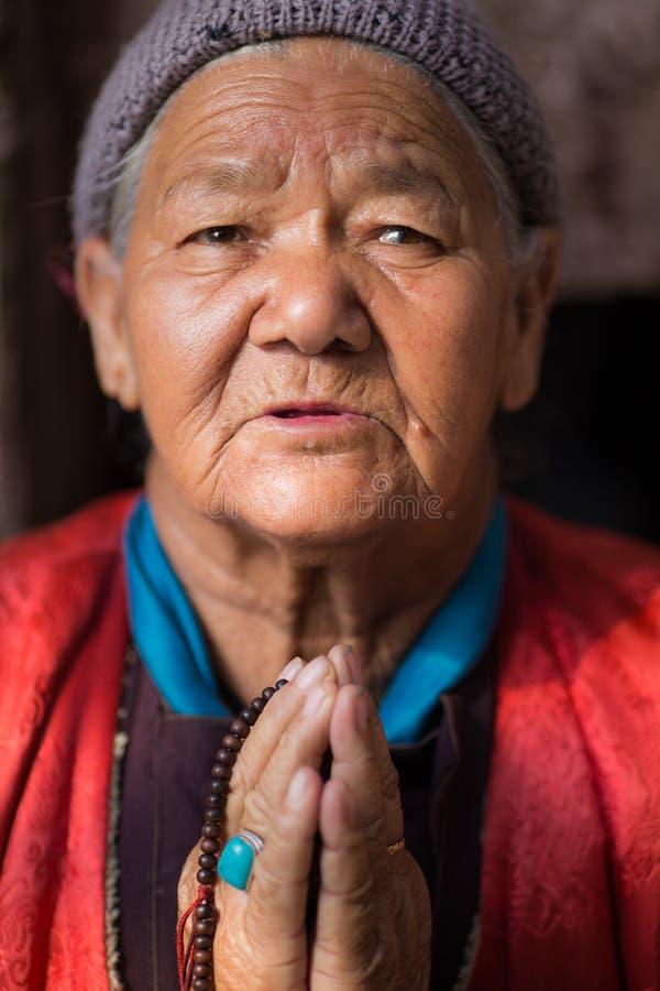 Stående av den oidentifierade buddistiska kvinnan royaltyfria bilder