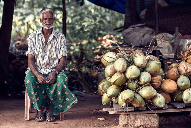 Stående av den oidentifierade indiska mannen med coconats royaltyfri foto