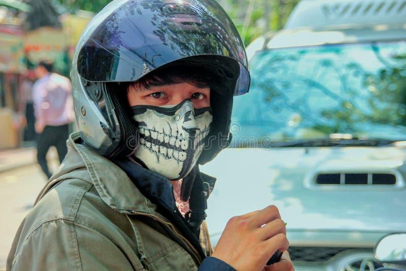 Stående av den oigenkännliga asiatiska unga mannen i idérik skyddande maskering royaltyfria bilder