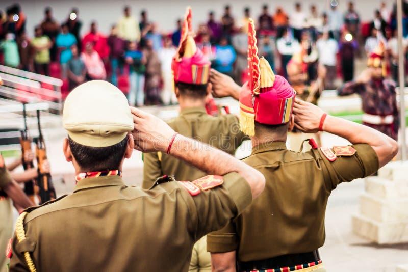 Stående av den oigenkännliga indiska polisen som saluterar sig royaltyfria bilder