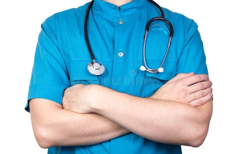 Stående av den okända manliga kirurgdoktorn som rymmer hans stetoskop arkivbild
