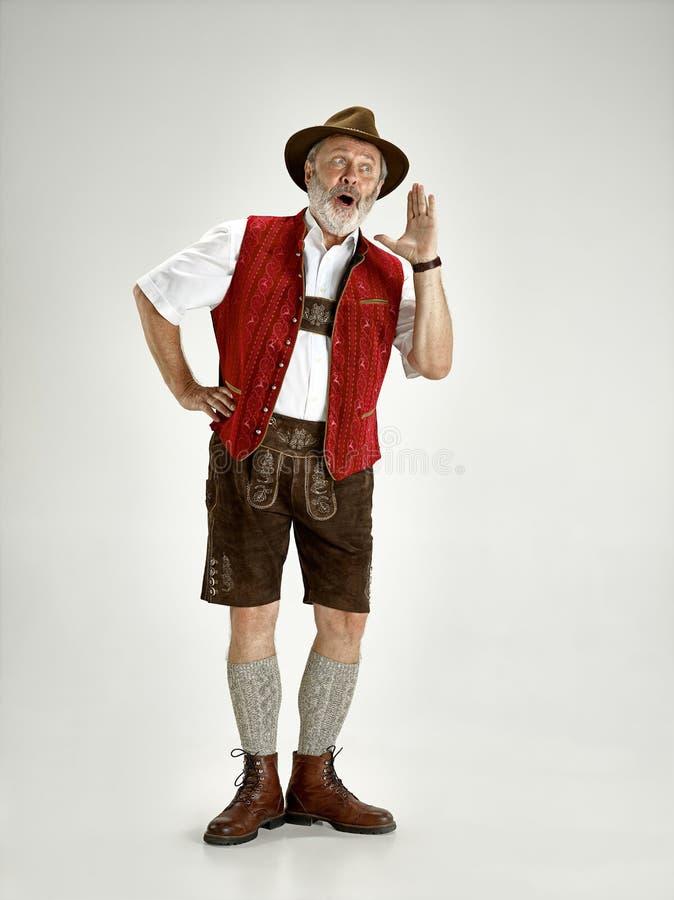 Stående av den Oktoberfest mannen, bära traditionell bayersk kläder arkivbilder