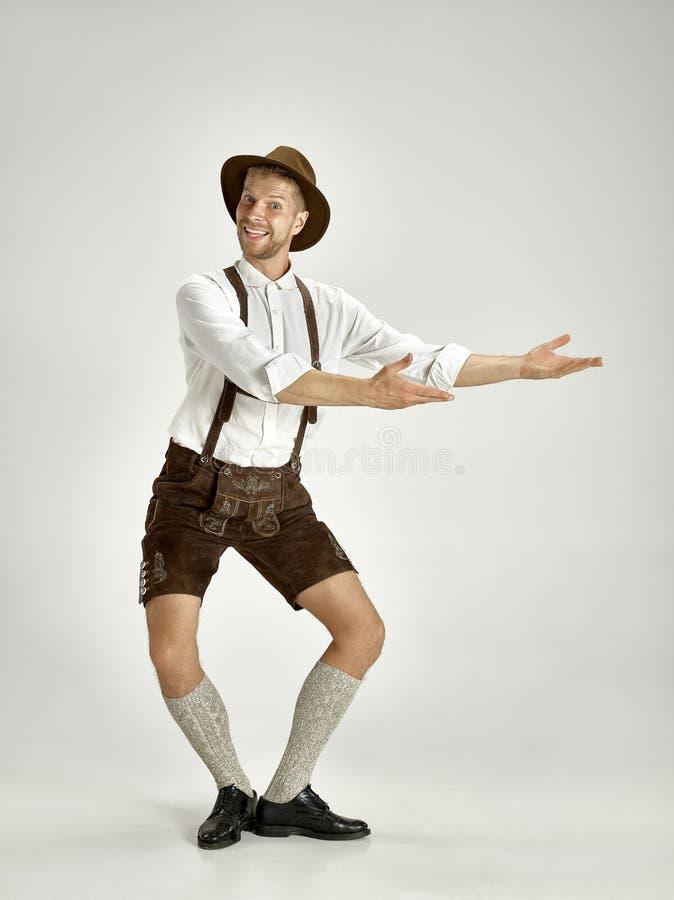 Stående av den Oktoberfest mannen, bära traditionell bayersk kläder arkivfoto