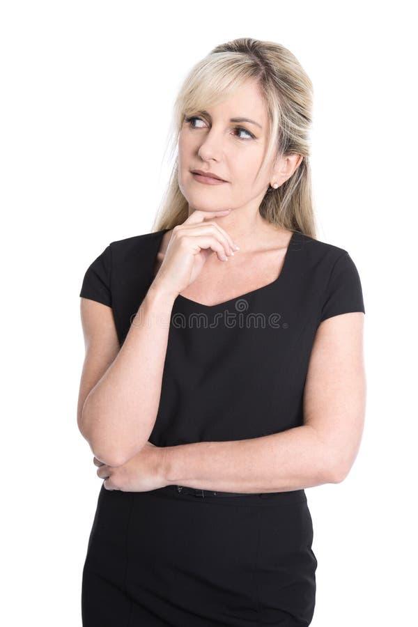 Stående av den olyckliga eftertänksamma isolerade blonda mogna kvinnan i svart royaltyfri bild
