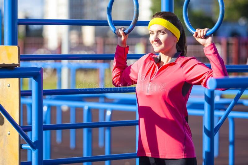 Stående av den positiva Caucasian idrottskvinnan i utomhus- dräkt för sommar arkivbild