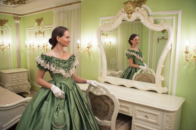 Stående av den retro barocka modekvinnan arkivbilder