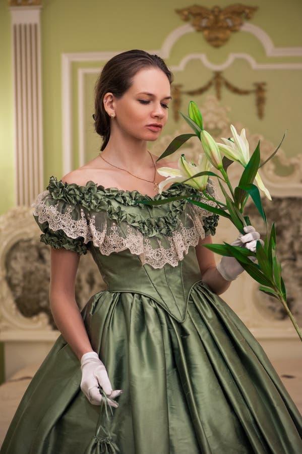Stående av den retro barocka modekvinnan royaltyfria foton