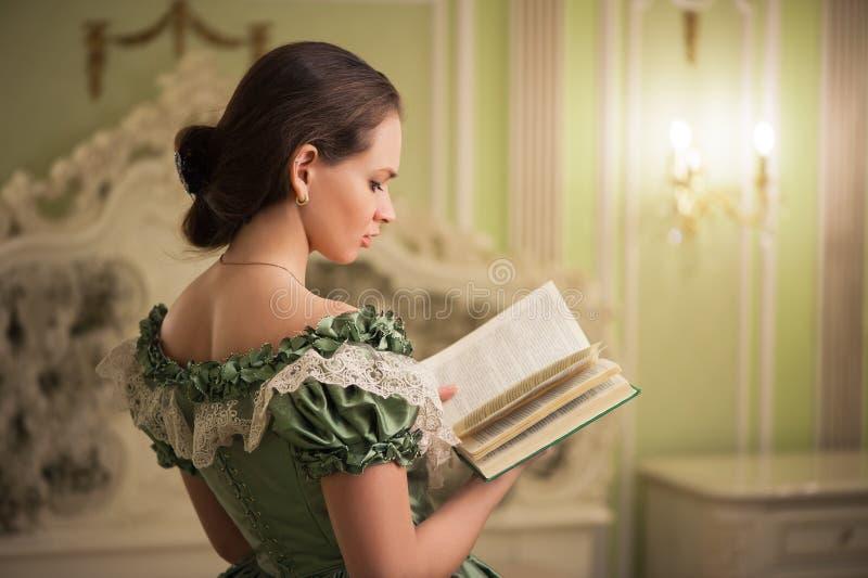 Stående av den retro barocka modekvinnan royaltyfria bilder