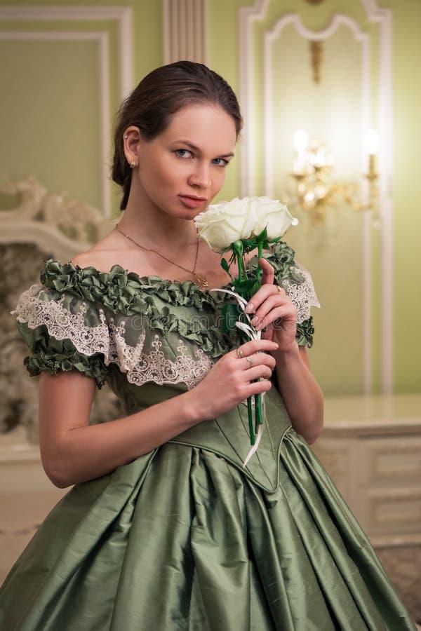 Stående av den retro barocka modekvinnan arkivfoton