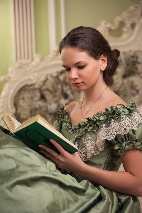 Stående av den retro barocka modekvinnan arkivbild
