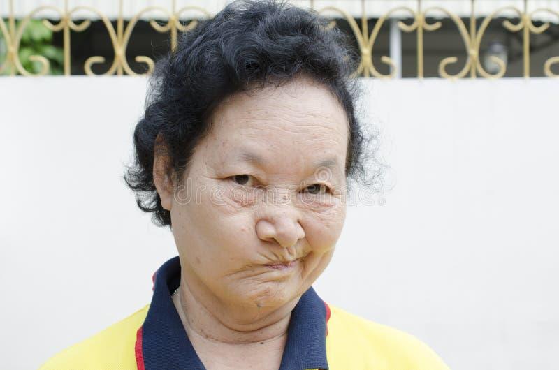 Stående av den roliga framsidan för asiatisk pensionärkvinna arkivfoto