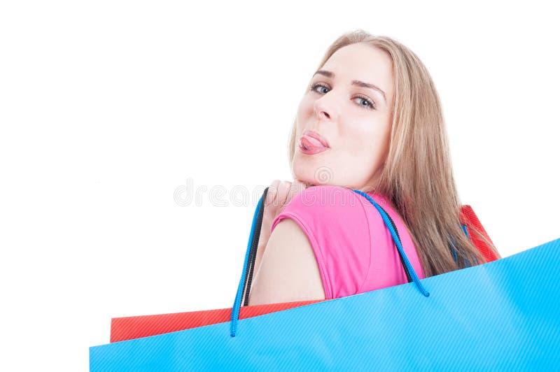 Stående av den roliga kunden i närbilden som gör shopping royaltyfria foton