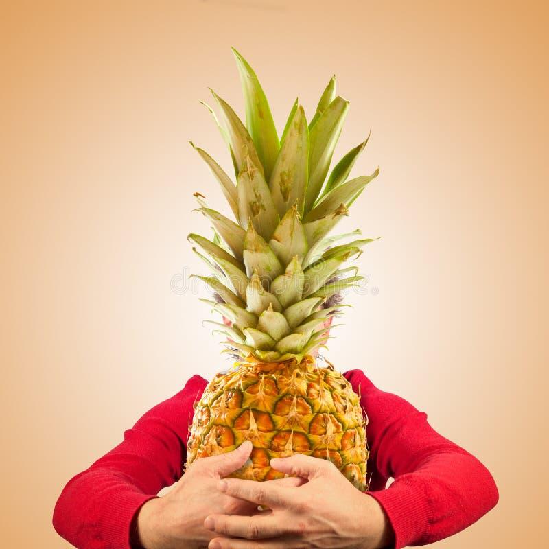Stående av den roliga mannen med ananas royaltyfri bild