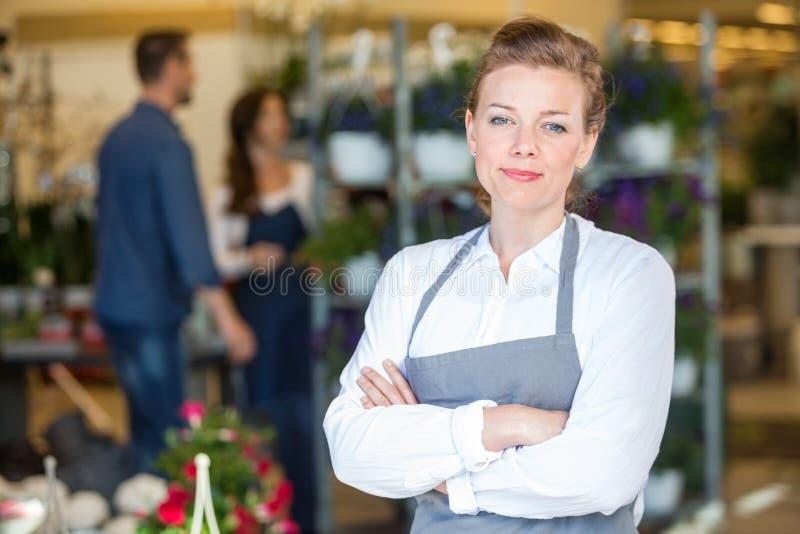 Stående av den säkra ägaren i blomsterhandel royaltyfri foto