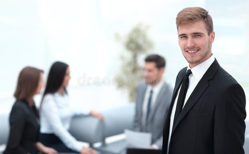 Stående av den säkra affärsmannen på bakgrund av kontoret arkivfoton