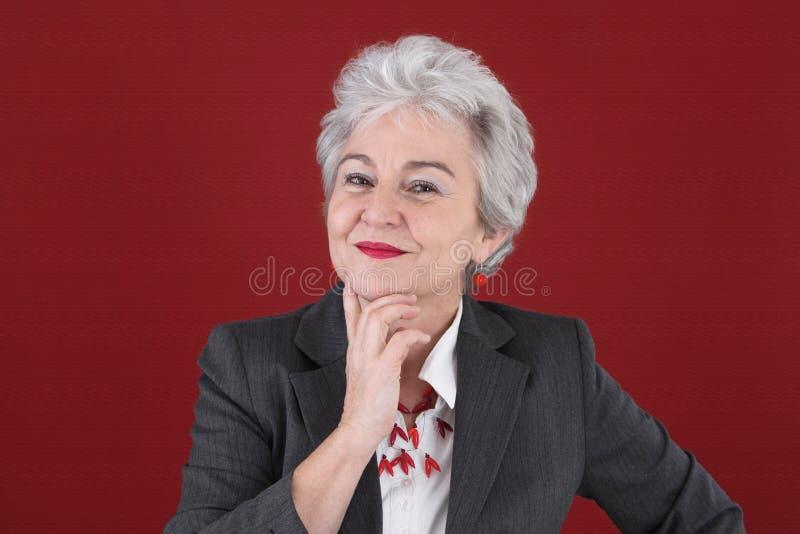 Stående av den säkra damen i rött royaltyfri fotografi