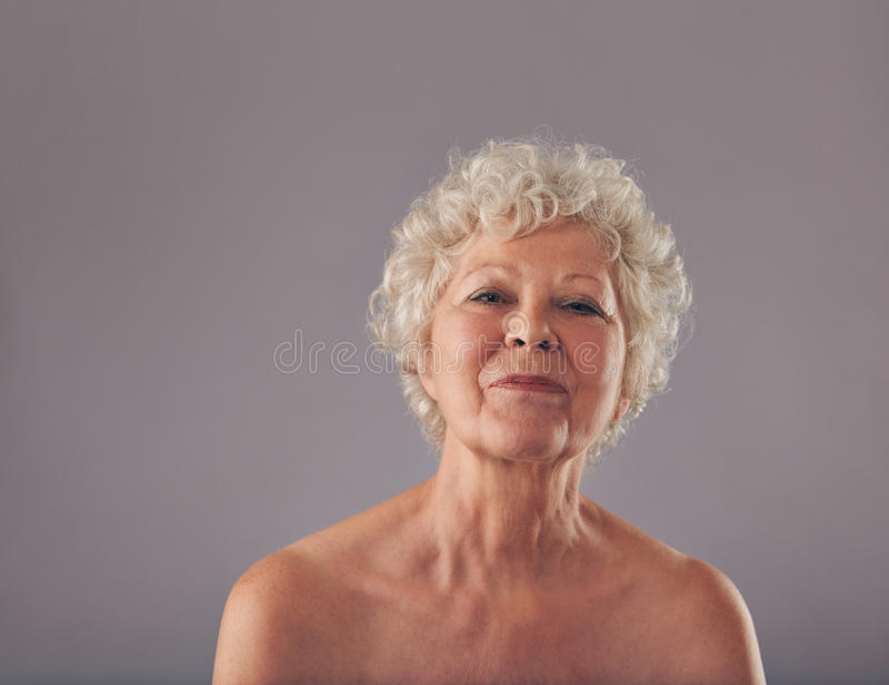 Stående av den säkra gamla kvinnan arkivbilder