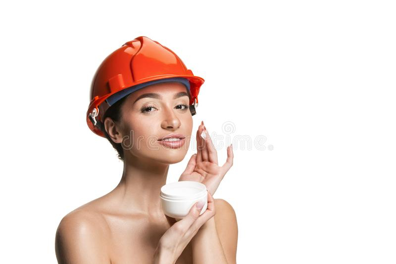 Stående av den säkra kvinnliga arbetaren i orange hjälm royaltyfri foto