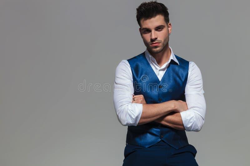 Stående av den säkra och eleganta mannen som bär en blå waistcoast royaltyfri bild
