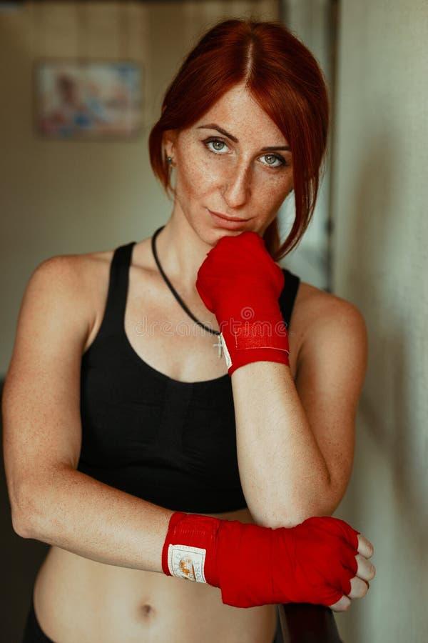 Stående av den säkra sportive unga kvinnan royaltyfri fotografi