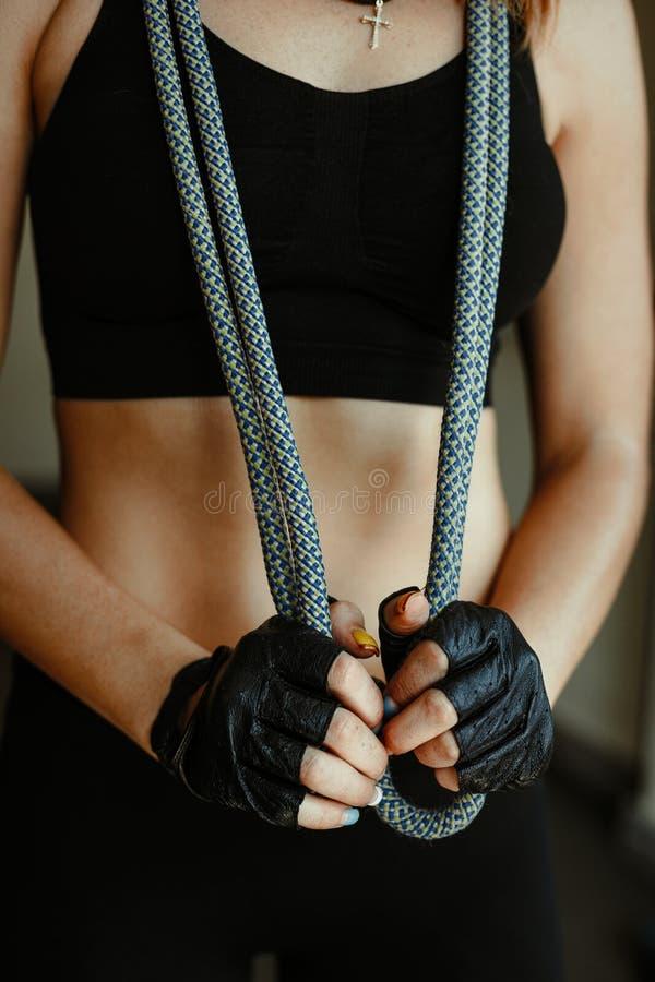 Stående av den säkra sportive unga kvinnan som poserar i idrottshall royaltyfria bilder