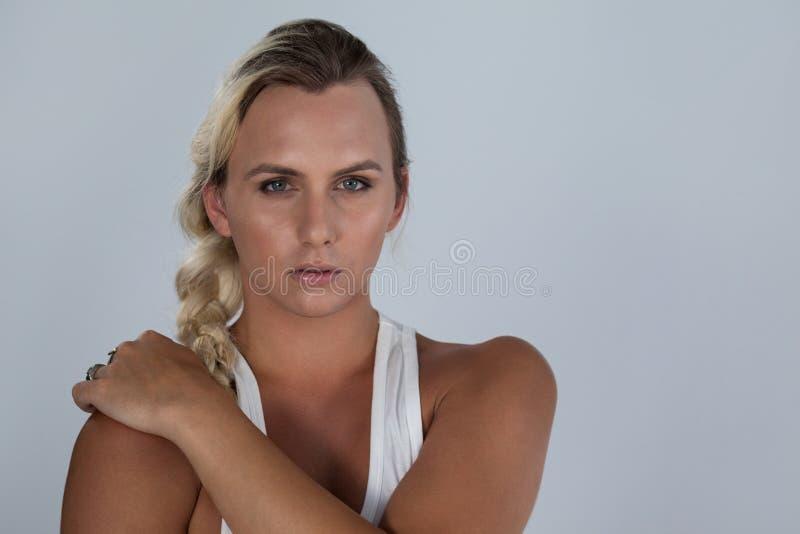 Stående av den säkra transgenderen med flätat hår fotografering för bildbyråer