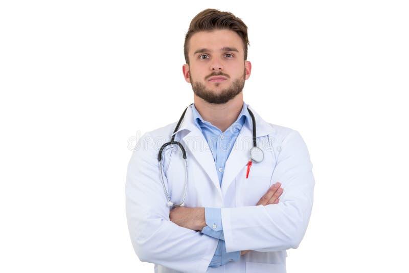 Stående av den säkra unga medicinska doktorn på vit bakgrund arkivfoton