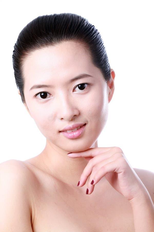 Stående av den sexiga asiatiska unga kvinnan royaltyfri foto